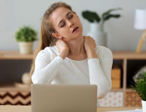 Πώς η τηλεργασία προκαλεί αυχενικό σύνδρομο και οσφυαλγία και τι μπορείτε να κάνετε για να τα αντιμετωπίσετε.